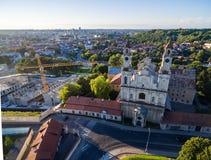 Vilnius Città Vecchia con la chiesa dell'ascensione e della Repubblica di Uzupis nel fondo fotografia stock