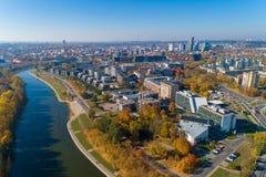 Vilnius Cityscape med Autumn Trees och trafik lithuania royaltyfria foton