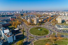 Vilnius Cityscape med Autumn Trees och trafik lithuania arkivfoto