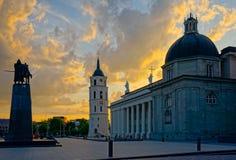 Vilnius domkyrkafyrkant på aftonen royaltyfria foton