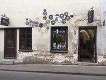 vilnius Fachada da música e da loja de livros na cidade velha fotografia de stock royalty free