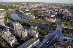 VILNIUS: Flyg- sikt av Vilnius den gamla staden, grön bro, flod Neris i Vilnius, Litauen Arkivbilder
