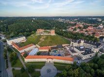 Vilnius gammal stad och flod Neris, Gediminas slott och gammal arsenal, kulle av tre kors, nationellt museum av Litauen, gamla Ar Arkivbilder