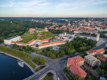 Vilnius gammal stad och flod Neris, Gediminas slott och gammal arsenal, kulle av tre kors, nationellt museum av Litauen, gamla Ar Royaltyfria Bilder