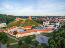 Vilnius gammal stad och flod Neris, Gediminas slott och gammal arsenal, kulle av tre kors, nationellt museum av Litauen, gamla Ar Royaltyfria Foton