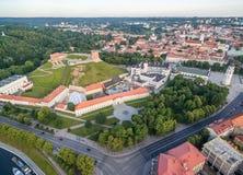 Vilnius gammal stad och flod Neris, Gediminas slott och gammal arsenal, kulle av tre kors, nationellt museum av Litauen, gamla Ar Royaltyfri Foto