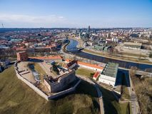 Vilnius Gediminas Basztowy i Rzeczny Neris w tle Lithuania Vilnius pejzaż miejski Obraz Stock
