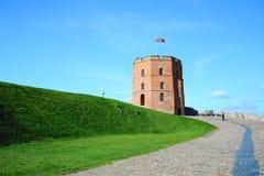 Vilnius Gediminas slott på kullen nära den Neris floden Arkivfoto