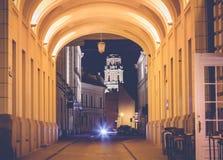 Vilnius kapitał Lithuania przy zmierzchem, ulica w histo fotografia stock