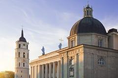 Vilnius-Kathedrale und Belfrykontrollturm Stockfotos