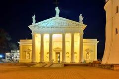 Vilnius-Kathedralenplatz auf Winterabendzeit Stockbilder