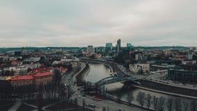 Vilnius, la Lituania, vista al rallentatore aerea al Neris e parte moderna della città sopra la torre del castello di Gediminas archivi video