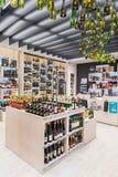 VILNIUS LITAUEN - APRIL 20, 2016: Bottlery alkoholvin shoppar i Akropolis, Litauen, Vinius Royaltyfri Foto