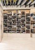 VILNIUS LITAUEN - APRIL 20, 2016: Bottlery alkoholvin shoppar i Akropolis, Litauen, Vinius Arkivfoto