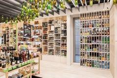 VILNIUS LITAUEN - APRIL 20, 2016: Bottlery alkoholvin shoppar i Akropolis, Litauen, Vinius Royaltyfria Bilder