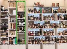 VILNIUS LITAUEN - APRIL 20, 2016: Bottlery alkoholvin shoppar i Akropolis, Litauen, Vinius Fotografering för Bildbyråer