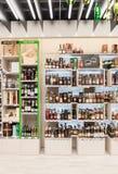 VILNIUS LITAUEN - APRIL 20, 2016: Bottlery alkoholvin shoppar i Akropolis, Litauen, Vinius Arkivfoton