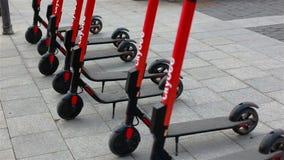 Vilnius, Litauen - 11. April 2019: elektrische Roller auf Rathausquadrat stock footage
