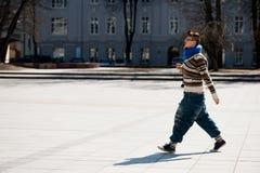 VILNIUS, LITAUEN - 10. APRIL 2012: Frau, die in alte Stadt Vilnius geht Lizenzfreies Stockfoto