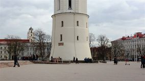 Vilnius, Litauen - 11. April 2019: Kathedralen-Quadrat mit dem Glockenturm stock video