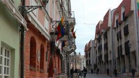 Vilnius, Litauen - 11. April 2019: Touristen und Anwohner auf den Straßen der alten Stadt von Vilnius stock video footage