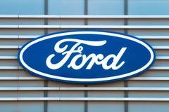 Vilnius Litauen April 12, 2018: Vada över logoen på en byggnad för återförsäljare` s Ford Motor Company är en amerikan Royaltyfri Fotografi