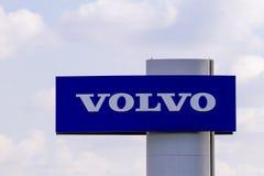 Vilnius, Litauen 12. April 2018: Volvo-Automobilverkaufsstellezeichen und -logo Volvo ist ein schwedisches multinationales Untern Stockbild