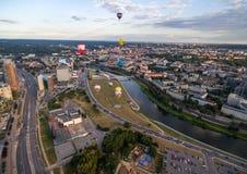 VILNIUS, LITAUEN - 13. AUGUST 2018: Vilnius-Geschäftsgebiet mit alter Stadt, Luft-Ballonen und Fluss Neris In Background Lithuani stockbild