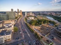 VILNIUS, LITAUEN - 13. AUGUST 2018: Vilnius-Geschäftsgebiet mit Fluss Neris In Background lizenzfreies stockfoto