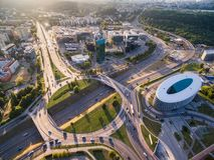 VILNIUS LITAUEN - AUGUSTI 13, 2018: Vilnius affärsområde med rondellen i bakgrund lithuania arkivfoto