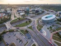 VILNIUS LITAUEN - AUGUSTI 13, 2018: Vilnius affärsområde med rondellen i bakgrund lithuania fotografering för bildbyråer
