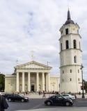 Vilnius Litauen - Augusti 16, 2013 Domkyrkafyrkant med Cath arkivfoto