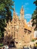 Vilnius Litauen - Augusti 16, 2013 Kyrka för St Anne ` s i Vilni royaltyfri bild