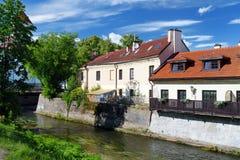 VILNIUS LITAUEN - AUGUSTI 11, 2016: Vilnele flod som flödar förbi det Uzupis området, en grannskap i Vilnius som lokaliseras i Vi royaltyfri bild