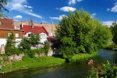 VILNIUS LITAUEN - AUGUSTI 11, 2016: Vilnele flod som flödar förbi det Uzupis området, en grannskap i Vilnius som lokaliseras i Vi fotografering för bildbyråer