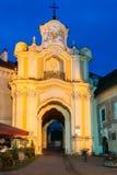 Vilnius Litauen Belichtetes Tor von Basilian-Kloster in der barocken Art Stockfotografie