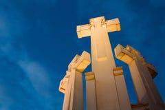 Vilnius, Litauen Berühmte weiße Kreuze des Monument-drei auf dem kahlen Hügel in der Beleuchtung in der Abend-oder Nachtbeleuchtu Stockfoto