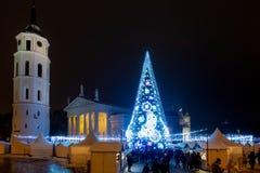 Vilnius Litauen - December 02, 2018: Julgranen och jul marknadsför på domkyrkafyrkanten i Vilnius, Litauen royaltyfria bilder
