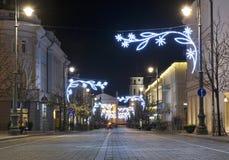 VILNIUS LITAUEN - December 02: sikten av den Gediminas aveniuen dekorerade i Vilnius på December 02, 2017 i Vilnius Litauen I 199 Royaltyfri Bild