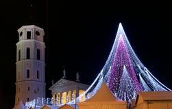 VILNIUS LITAUEN - December 02: sikten av den Gediminas aveniuen dekorerade i Vilnius på December 02, 2017 i Vilnius Litauen I 199 Arkivbild