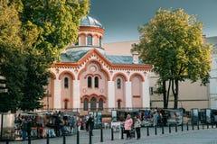 Vilnius, Litauen Frauen-gehender lokaler Markt nahe Kirche von StParaskeva Lizenzfreies Stockfoto