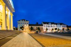 Vilnius Litauen Gammal arkitektur, kolonner av kommunfullmäktigebyggnad i ljus belysning under sommaraftonblått Arkivfoto