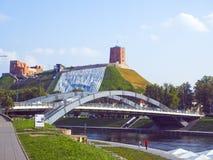 Vilnius Litauen Gediminas `-kulle med det bergbanaGediminas fortet Arkivfoton