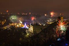 Vilnius Litauen Januari 01, 2017: Beutifull sikt till det huvudsakliga fyrverkerit, på natten för nytt år till domkyrkafyrkanten, Royaltyfria Bilder