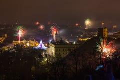 Vilnius Litauen Januari 01, 2017: Beutifull sikt till det huvudsakliga fyrverkerit, på natten för nytt år till domkyrkafyrkanten, Arkivfoto
