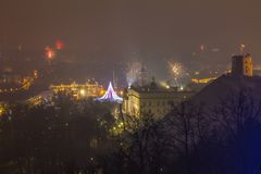Vilnius Litauen Januari 01, 2017: Beutifull sikt till det huvudsakliga fyrverkerit, på natten för nytt år till domkyrkafyrkanten, Arkivfoton