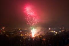 Vilnius Litauen Januari 01, 2017: Beutifull sikt till det huvudsakliga fyrverkerit, på natten för nytt år till domkyrkafyrkanten, Arkivbilder