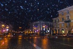 VIlnius Litauen - Januari 01, 2017: Det okända folket går vidare gatan i den gamla staden, Vilnius, Litauen Royaltyfri Fotografi