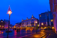 VIlnius Litauen - Januari 01, 2017: Det okända folket går vidare gatan i den gamla staden, Vilnius, Litauen Arkivbilder