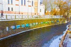 VIlnius Litauen - Januari 05, 2017: Vilnele flod som flödar förbi det Uzupis området, en grannskap i Vilnius, Litauen royaltyfri fotografi